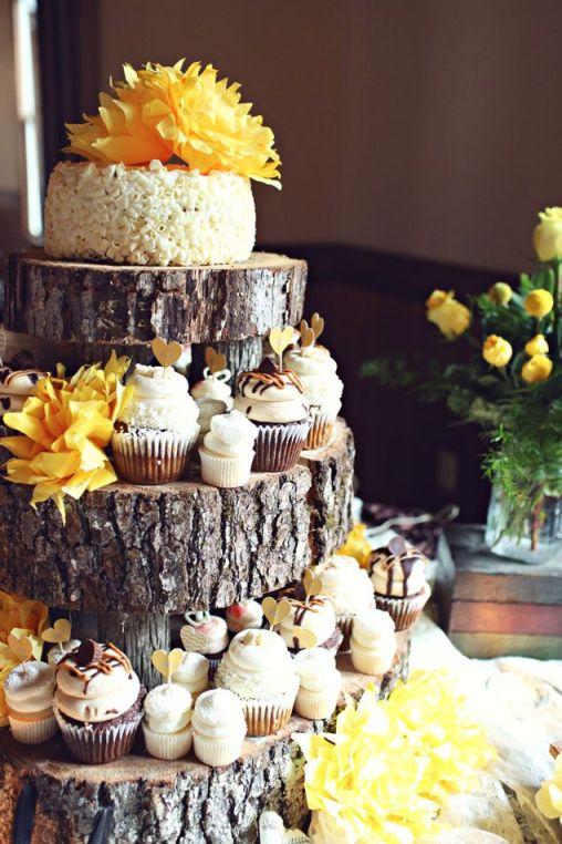 nunta la ferma, tort traditional, tort din cupcakes, flori galbene, lemn
